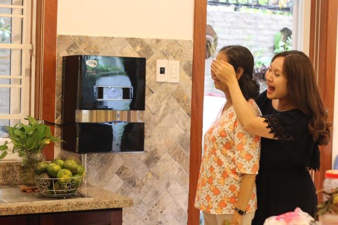 <p> Thanh Thúy tặng mẹ chiếc máy lọc nước nhân Ngày của mẹ.</p>