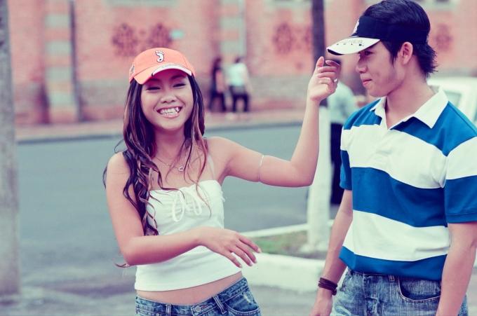 <p> Cô cùng ca sĩ Hoàng Nam chụp hình bìa cho một tờ báo. Thời điểm ấy, Đoan Trang cũng được bình chọn là ca sĩ trẻ triển vọng của <em>Làn sóng xanh.</em></p>