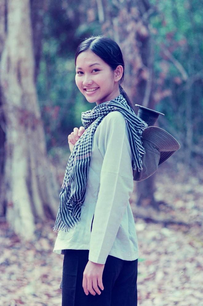 <p> Cùng tham gia phim <em>Con gà trống</em> với Hoài Trang là Kim Hiền. Cả hai đều để tóc dài, mặt mộc.</p>