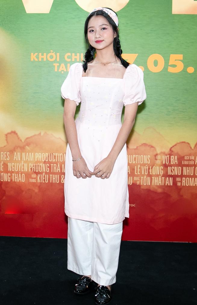 """<p> Lâm Thanh Mỹ được đánh giá là một gương mặt triển vọng của nền điện ảnh Việt Nam. Từ vai cô bé bị ma nhập trong """"Đoạt hồn"""" (đạo diễn Hàm Trần) đến bé Mận trong """"Tôi thấy hoa vàng trên cỏ xanh"""" (đạo diễn Victor Vũ), Thanh Mỹ gây ấn tượng với công chúng và giới chuyên môn bởi gương mặt điện ảnh và khả năng diễn xuất tự nhiên. Diễn viên nhí ngày nào giờ đã trưởng thành như một thiếu nữ. Xuất hiện tại sự kiện, cô bé 13 tuổi diện áo dài nhẹ nhàng, tết tóc dễ thương.</p>"""