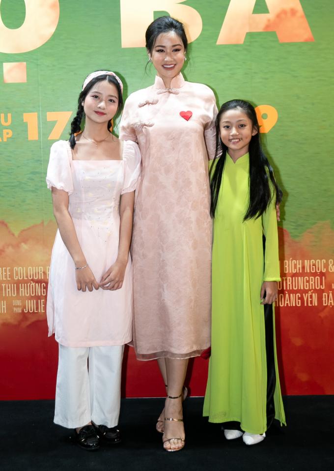 <p> Lâm Thanh Mỹ chụp ảnh cùng diễn viên Maya và cô bé Mai Cát Vy.</p>