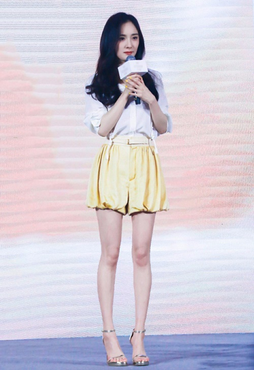 Nữ diễn viên Phù Dao hoàng hậu thường lọt vào top những ngôi  sao có đôi chân đẹp nhất Trung Quốc. Tuy nhiên vẻ ngoài của Dương Mịch  cũng gây tranh cãi, nhiều ý kiến cho rằng đôi chân cô quá gầy guộc,  thiếu sức sống.