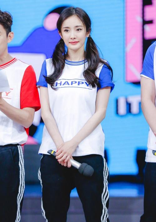 Khi ghi hình chơi trò chơi, Dương Mịch buộc tóc hai bên, được khen trông trẻ trung như nữ sinh dù đã 33 tuổi.