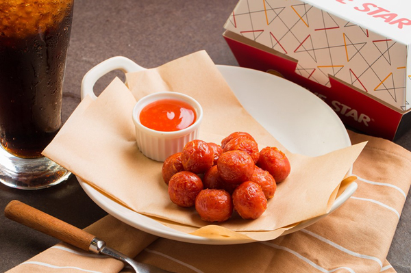Những món ăn nhẹ như bò viên, chả giò ky gà, xúc xích, burger cũng sở hữu những hương vị đặc trưng được phát triển bởi đội ngũ R&D chuyên nghiệp đến từ Thái Lan.