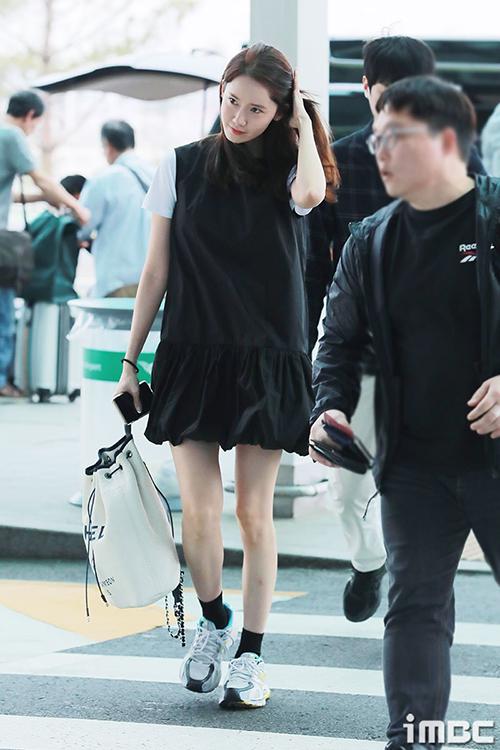 Chiều 13/5, Yoon Ah xuất hiện trên top tìm kiếm ở Hàn Quốc vì ra sân bay sang Thái Lan.
