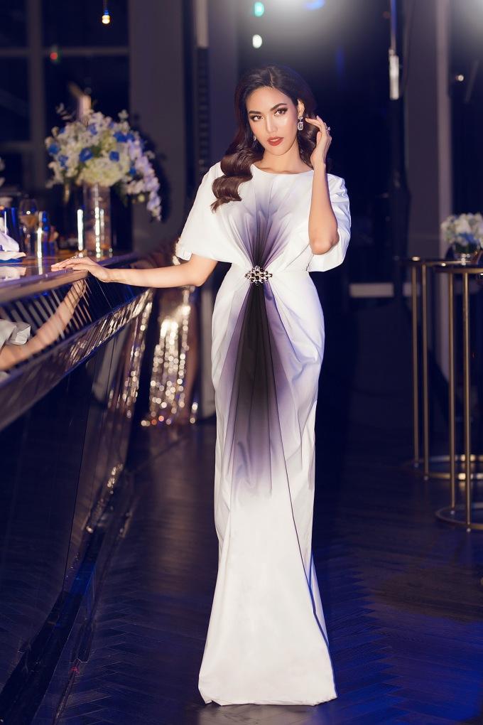 <p> Lan Khuê diện chiếc đầm dài phom cổ điển tham dự một sự kiện gần đây. Đây là lần đầu cô xuất hiện sau khi công khai đang mang thai con đầu lòng.</p>