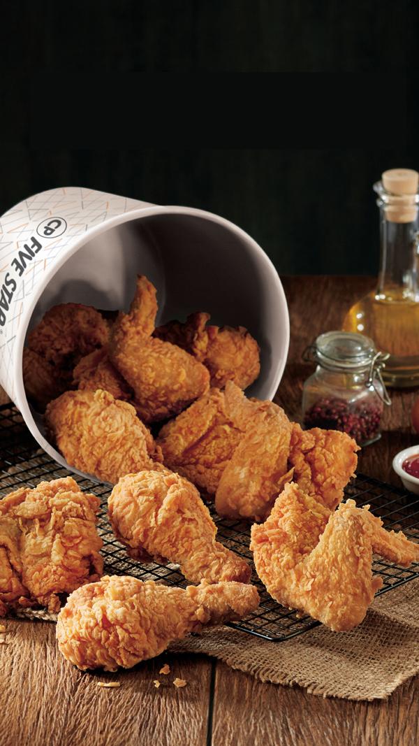 Gà rán của nhà hàng được chế biến theo nhiều kiểunhư gà giòn giòn, gà giòn cay, gà phô mai, gà Hoàng Kim, cánh gà chiên xốt Taebak kiểu Hàn Quốc...