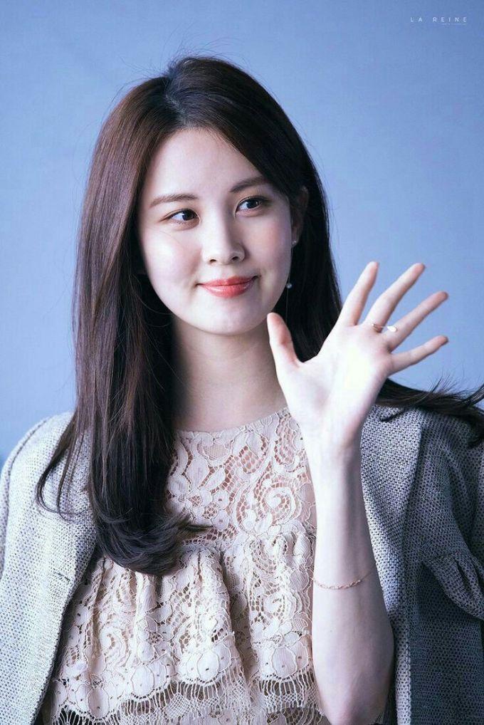<p> Em út SNSD được nhân viên của SM tiếp cận và mời gia nhập công ty khi đang đi tàu điện ngầm. Seo Hyun đẹp từ nhỏ, có nhan sắc tự nhiên và sở hữu những bức ảnh quá khứ gây sốt.</p>