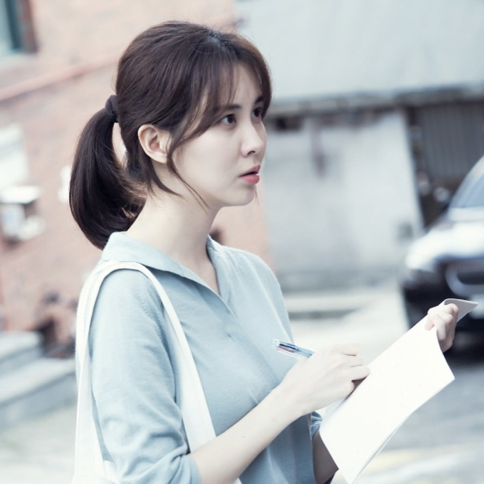 <p> Khi rời SM, Seo Hyun tự do tỏa sáng trong các lĩnh vực. Cô nàng khẳng định được tài năng diễn xuất, làm MC. Hình ảnh thanh lịch nhưng không kém phần quyến rũ của em út SNSD được netizen khen ngợi hết lời.</p>