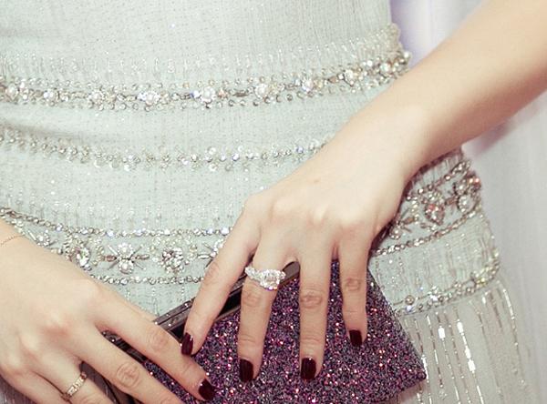 Theo tiết lộ từ một người bạn của người đẹp, đấy là chiếc nhẫn kim cương có giá gần 60 ngàn USD được mẹ cô dành cho con gái làm của hồi môn thời còn chưa lập gia đình. Tú Anh là một trong những Á Hậu đắt show nhất nhì trong showbiz, mẹ cô chính là người quản lý tài chính cho con gái khi chưa kết hôn.