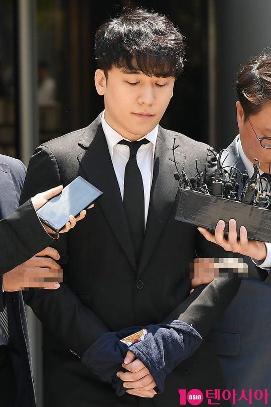 Seung Ri bị trói và còng tay sau phiên thẩm định lệnh bắt giữ được tổ chức vào sáng nay.