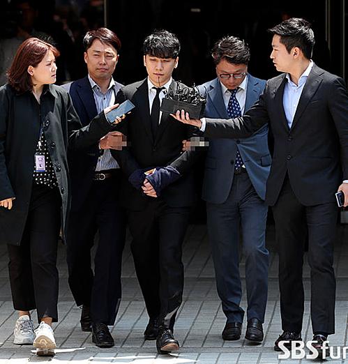 Seung Ri hiện đang đối mặt với 4 tội danh: biển thủ công quỹ, mua bán dâm, môi giới mại dâm, vi phạm luật luật vệ sinh an toàn thực phẩm.