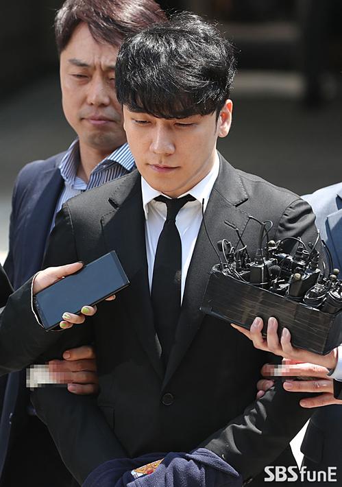 Trong 4 cáo buộc, Seung Ri liên tục phủ nhận không có hành vi mua dâm và môi giới mại dâm. Tuy nhiên cảnh sát đã nắm trong tay các bằng chứng tin cậy để khởi tố vụ án.