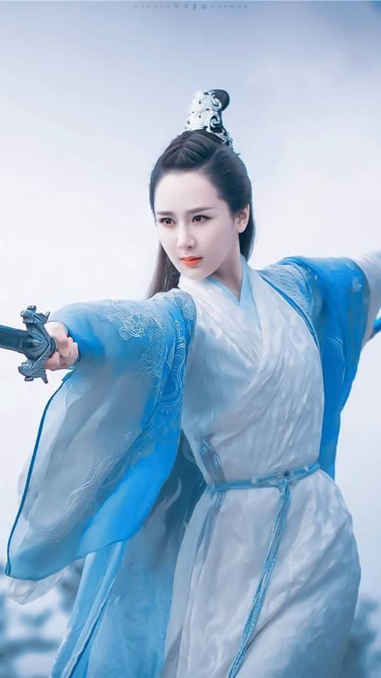 <p> Dương Tử từng đóng vai ''đại mỹ nhân'' trong <em>Thanh Vân Chí </em>nhưng phải đến <em>Hương mật tựa khói sương</em> nữ diễn viên mới tạo nên cơn sốt, trở thành nữ thần cổ trang được yêu thích. Đôi mắt to tròn đầy cảm xúc và lối diễn tinh tế giúp Dương Tử được ca ngợi là ngôi sao 9x có thực lực nhất hiện nay.</p>