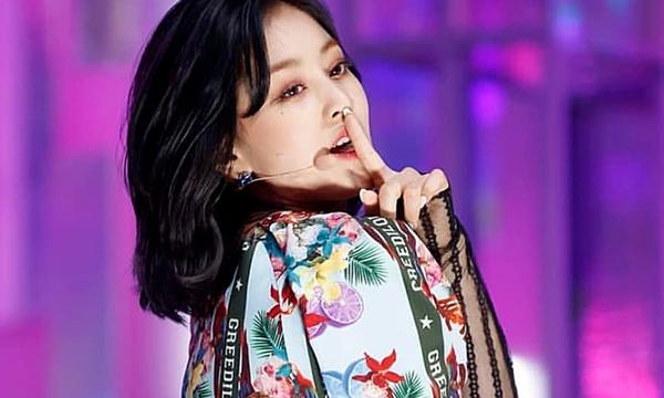 Ji Hyo vượt qua những thành viên đình đám khác của Twice để sở hữu fancam hot nhất đợt comeback. Trưởng nhóm thu hút đến 2,9 triệu lượt xem nhờ phong cách biểu diễn cực chất và hình thể quyến rũ. Ji Hyo tiết lộ tập gym 4 tiếng/ ngày để có cơ thể thu hút như hiện tại.