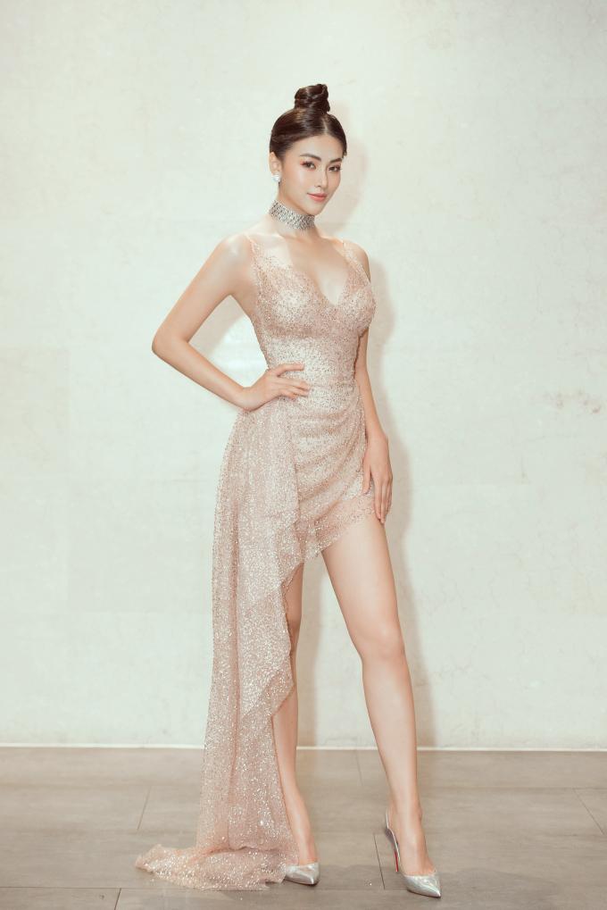 <p> Ngày 13/5, Hoa hậu Phương Khánh tham dự một sự kiện tại TP HCM. Diện bộ váy cắt xẻ táo bạo phần ngực và đùi, người đẹp phô diễn đường cong chuẩn đồng hồ cát.</p>