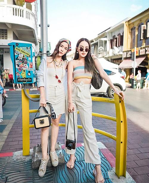 Praew (trái) là tác giả nhiều bức ảnh của cả nhóm. Cô cũng lăng xê mốt turban, kính thầy bói, trong khi đó cô bạn Preaw diện croptop đan móc.
