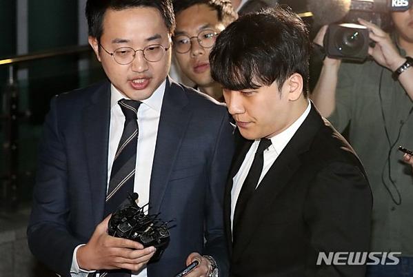 Seung Ri rời khỏi phòng tạm giam tại Sở cảnh sát Jungnang sau khi có phán quyết của tòa án.