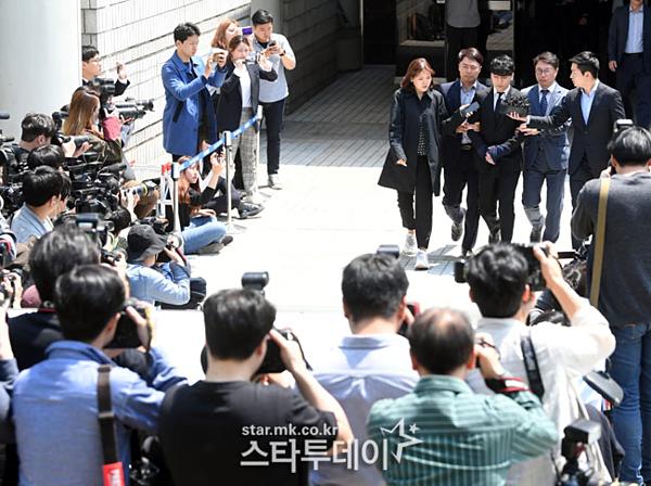 Nam ca sĩ bị trói tay, được cảnh sát áp giải đến phòng giam sở cảnh sát Jungnang để chờ phán quyết. Tòa án sẽ công bố phán quyết về lệnh bắt giữ Seung Ri và Yoo In Suk vào chiều nay, muộn nhất là sáng mai.