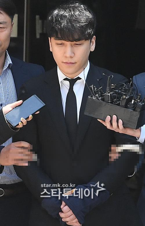 Rất đông phóng viên có mặt để phỏng vấn Seung Ri, tuy nhiên anh giữ im lặng trước mọi câu hỏi.