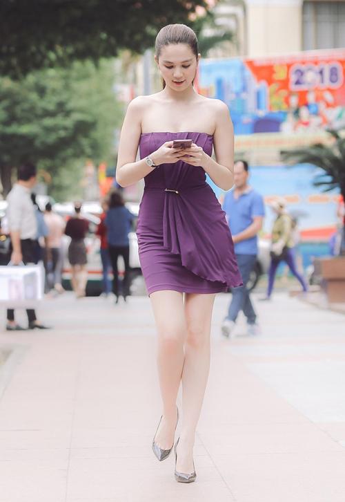 Nổi tiếng sắm hàng hiệu không tiếc tiền nhưng Ngọc Trinh lại giữ gìn quần áo cũ rất cẩn thận. Trong một lần trước đó, người đẹp cũng mặc lại bộ váy tím sắm từ 5 năm trước.