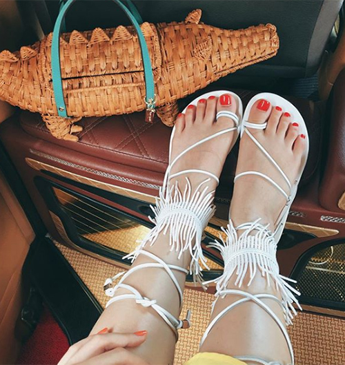 Nhiều đôi giày khi thử ở cửa hàng trông rất đẹp và vừa vặn nhưng đến lúc đi lần đầu, bạn bỗng dưng thấy không thoải mái nữa. Đôi giày đó sẽ vĩnh viễn được cất tủ cùng những đôi cầu kỳ, mục đích sắm vì thích chứ không phải giá trị sử dụng. Thông thường, chúng ta sắm rất nhiều giày vào mùa hè nhưng thực tế chỉ đi 1-2 đôi quen thuộc, dễ mix đồ và mang đến sự tự tin nhất.