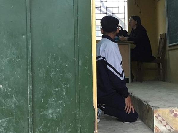 Hình ảnh nam học sinh bị bắt quỳ trong lớp lan truyền trên mạng xã hội.