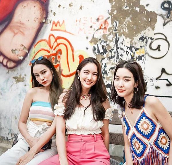 Phong cách boho là xu hướng không thể bỏ qua vào mùa hè. Cùng diện những thiết kế đầy sắc màu, Preaw, Bua và Monchanok không cần mặc giống hệt nhau trông vẫn đầy ăn ý.