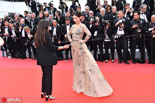 Theo Sina, nữ diễn viên Thi Dư Văn nấn ná quá lâu để tạo dáng trước ống kính. Cô bị nhân viên an ninh mời di chuyển nhanh khỏi thảm đỏ nhưng giả vờ nghe không hiểu.
