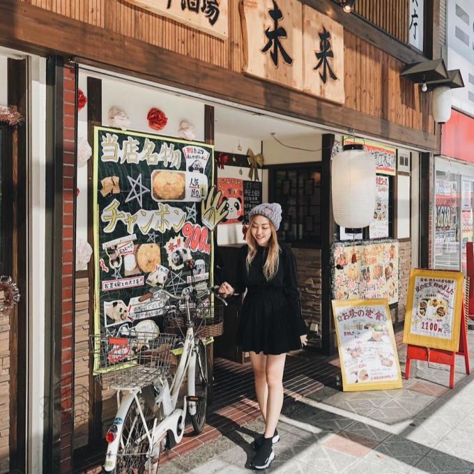 <p> Cô thường đi du lịch nhiều nơi trên thế giới như Hàn, Nhật...</p>