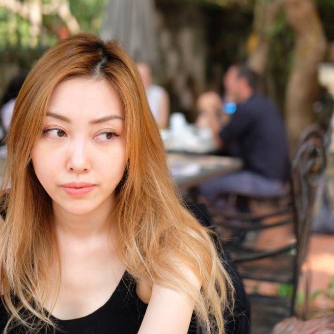 """<p> Cô gái được """"Hoàng tử Indie"""" cầu hôn là Nguyễn Hằng (28 tuổi). Cô là ái nữ của bà Nga Dior - cựu giám đốc nhãn hiệu thời trang cao cấp Dior tại Việt Nam.</p>"""