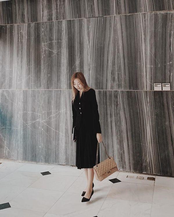 <p> Nguyễn Hằng có khuôn mặt ưa nhìn, dáng người dong dỏng, phong thái, gu thời trang sang chảnh. Cô đang làm marketing cho một công ty âm nhạc.</p>