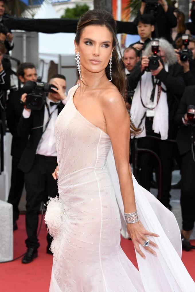 <p> Thiên thần nội y Alessandra Ambrossio mặc đầm xuyên thấu.</p>