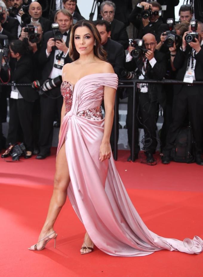<p> Eva Longoria không có đôi chân dài nhưng vẫn rất gợi cảm. Nữ diễn viên diện đầm quây lệch vai khoe vòng một.</p>