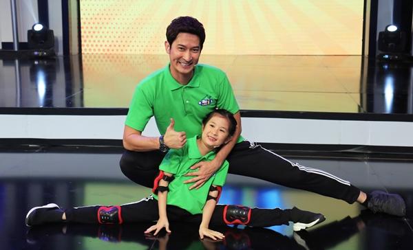 Huy Khánh và con gái.