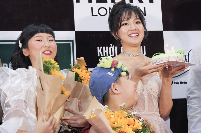 <p> Do gần đến ngày sinh nhật của Kiều Trinh, cả đoàn phim tặng quà bất ngờ bằng một chiếc bánh kem. Quá ngạc nhiên, nữ diễn viên sinh năm 1994 cảm động suýt khóc.</p>