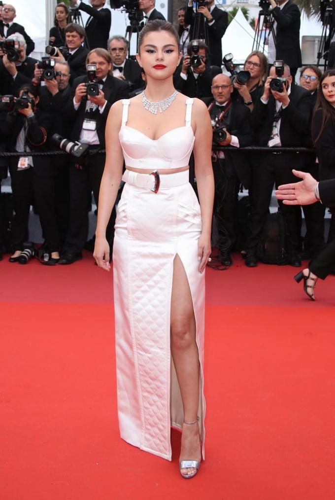<p> Selena Gomez cũng chọn phong cách gợi cảm cho lần tái xuất này.</p>