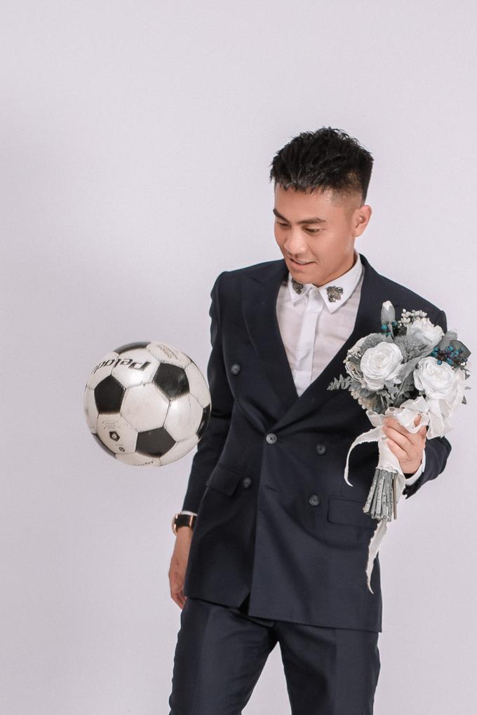 """<p> Văn Nam (27 tuổi), cầu thủ đang thi đấu cho CLB Thanh Hóa đăng ảnh mặc vest, tay cầm hoa cưới khiến người hâm mộ """"bán tín bán nghi"""" những ngày qua. Xác nhận với <em>iOne</em>, chân sút cho biết sắp từ giã hội độc thân.</p>"""