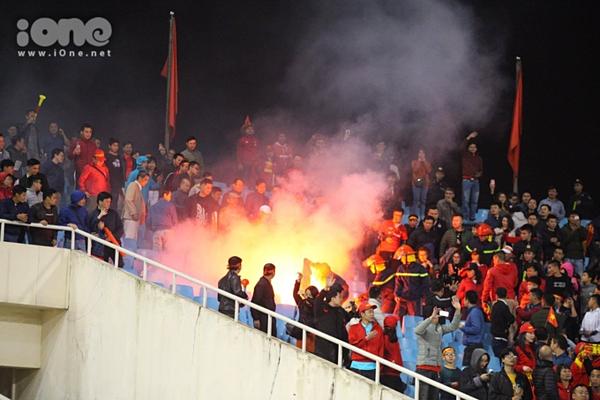 CĐV Việtđốt pháo sáng trên sân Mỹ Đình ăn mừng chiến thắng trước U23 Indonesia.