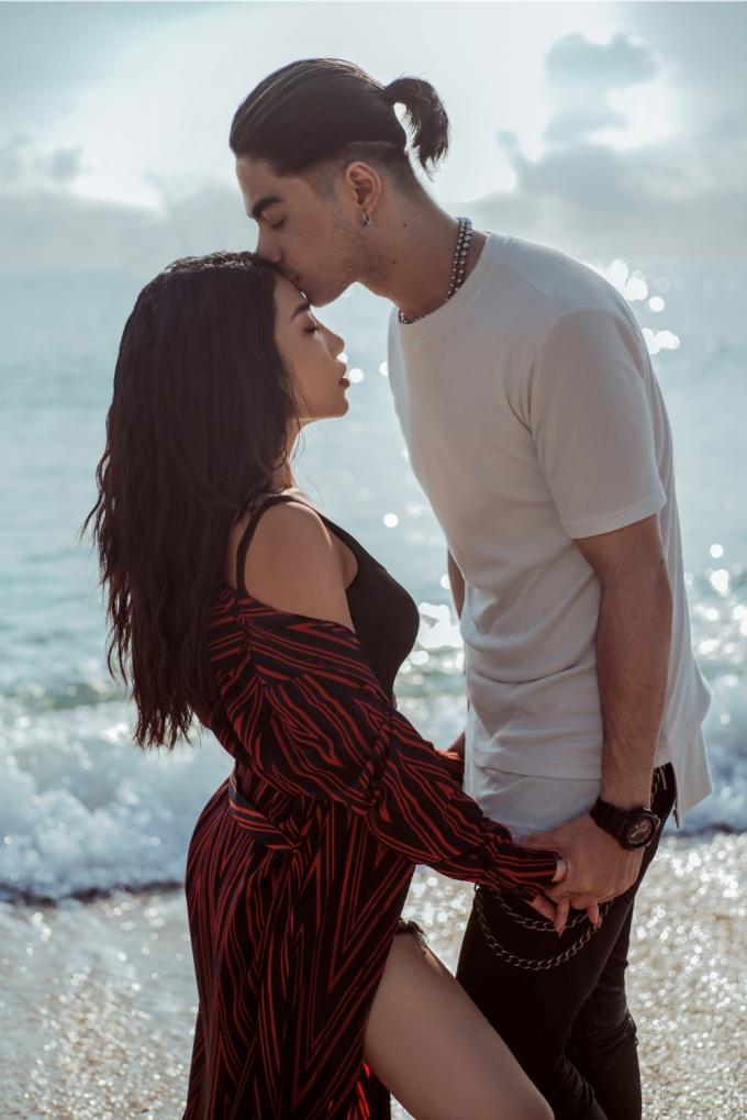<p> Phải đóng cảnh ôm hôn nhiều lần nhưng cả hai khá thoải mái vì đã làm quen với nhau từ trước, đọc kỹ kịch bản để thể hiện cảm xúc.</p>