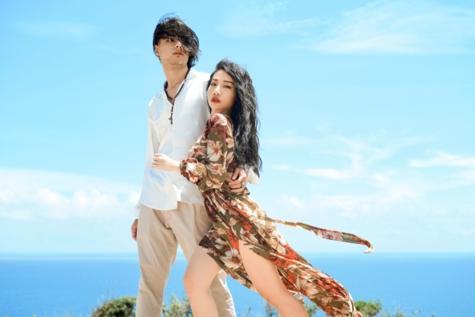 <p> Trong MV, Hằng BingBoong có nhiều phân cảnh ngọt ngào với anh chàng điển trai, lai Tây.</p>