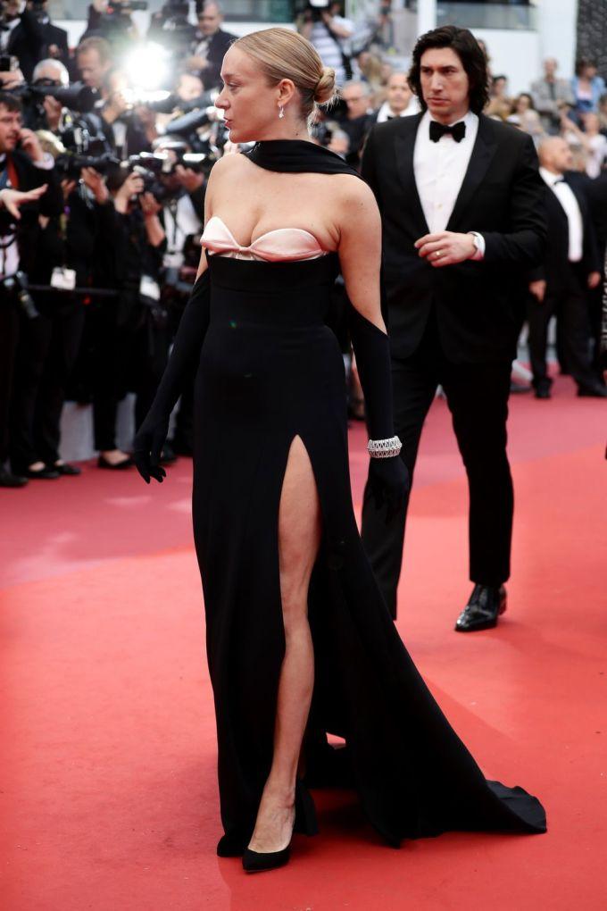 <p> Chloe Sevigny chọn trang phục chưa thật vừa vặn với cơ thể khiến vòng một bị o ép.</p>