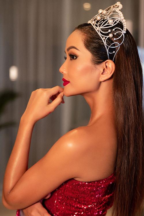 H'Hen Niê nổi bật với sắc đỏ, sử dụng son môi màu đỏ, tôn vinh làn da nâu khỏe khoắn của mình.