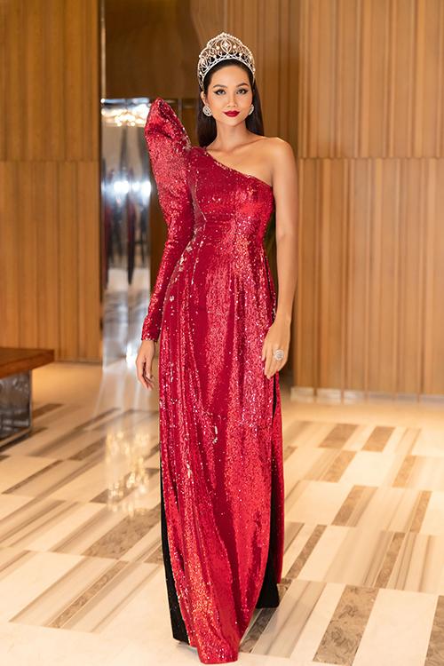 Tham gia một sự kiện ra mắt thương hiệu tại Nha Trang tối 14/05, Hoa hậu H'Hen Niê gây chú ý với khán giả khi xuất hiện cùng vương miện và mái tóc dài suôn thẳng.
