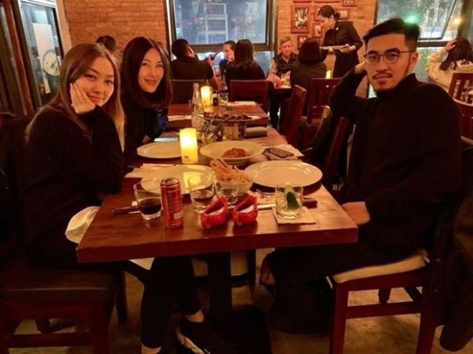 """<p> Hình ảnh """"Hoàng tử Indie"""" Thái Vũ đi ăn cùng bạn gái Nguyễn Hằng và mẹ vợ tương lai.</p>"""
