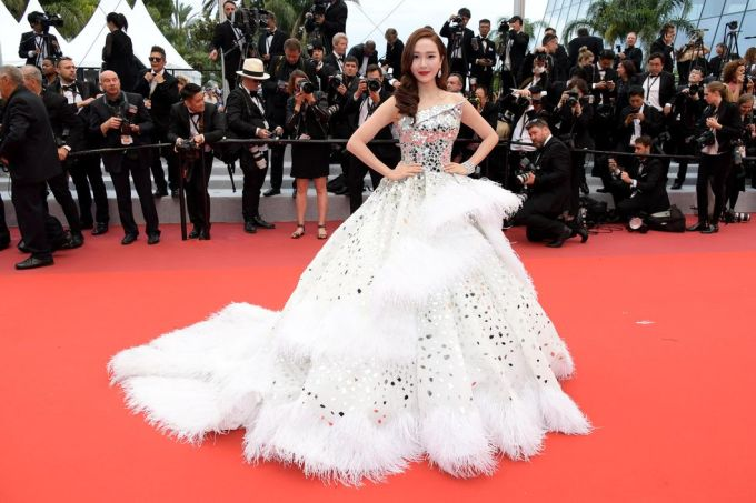<p> Jessica diện đầm dài chấm đất trên thảm đỏ. Mỹ nhân Hàn Quốc là khách mời thường xuyên của LHP Cannes nhiều năm gần đây.</p>