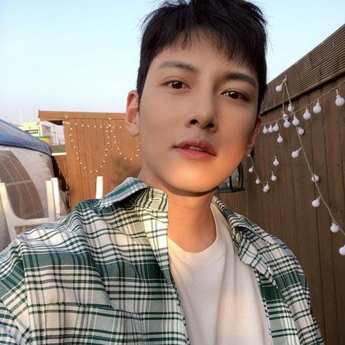 Ji Chang Wook đăng ảnh tự sướng bảnh bao. Anh chàng vẫn đang tận hưởng thời gian nghỉ ngơi sau khi xuất ngũ.