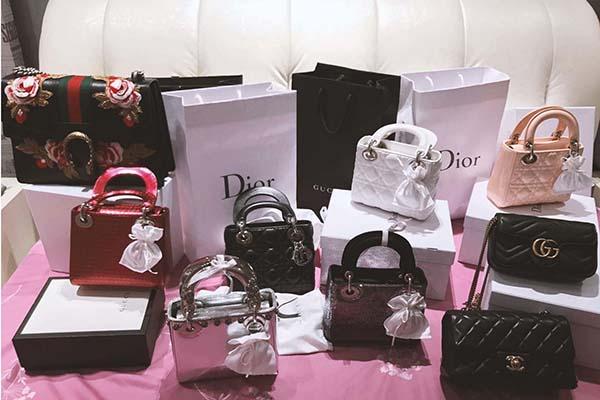 Ngoài Louis Vuitton, Midu còn rất yêu thích Gucci, Chanel, Dior. Cô nàng có cả bộ sưu tập 6 chiếc Lady Dior đắt đỏ có giá từ 60 triệu đồng trở lên.