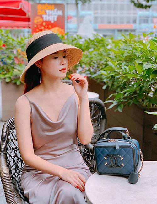 Người đẹp luôn rất sành điệu với những món đồ trăm triệu từ lúc đi sự kiện đến khi ra phố.