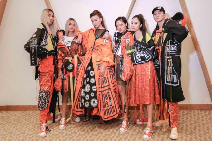 """<p> Ngày 15/5, Thanh Hằng xuất hiện trẻ trung tại fashion show """"Take my hand"""" ở TP HCM. BST được thiết kế dưới sự cố vấn của NTK Võ Công Khanh. Tại đây, nữ siêu mẫu gặp gỡ và làm việc chung với 5 học trò cưng tại The Face 2018.</p>"""